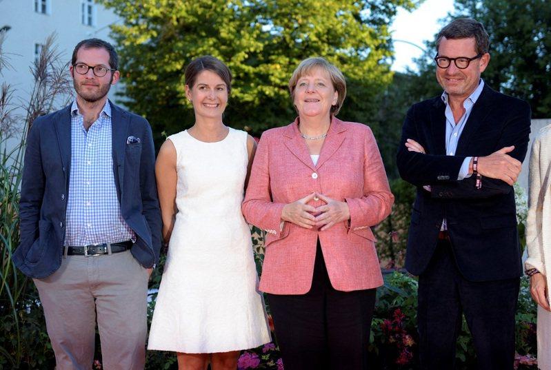 左起德國「畫報」現任總編輯瑞切特、前總編輯科赫、德國總理梅克爾與另一位「畫報」前總編輯德克曼,攝於2016年。其中,科赫已在近日被CDU黨魁拉謝特雇為大選公關主任。路透