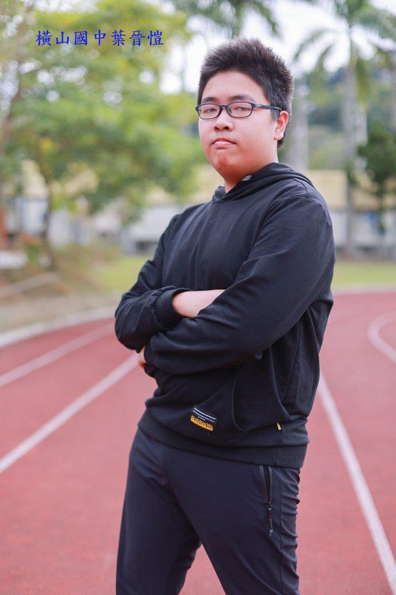 橫山國中葉晉愷獲得5A10+好成績,難得的是他沒有補習,平時還要下田務農,仍能考出佳績。圖/縣府提供