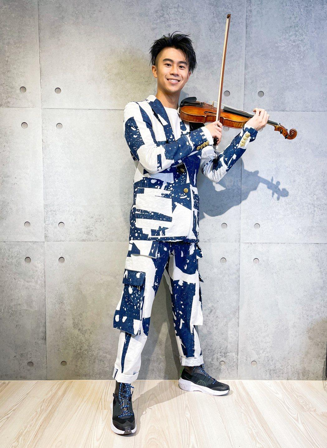 廖柏雅除了居家展演最新春夏時裝,也以小提琴演奏,讓時尚秀更具高雅氣氛。圖/喜鵲娛