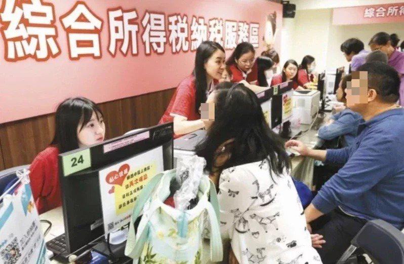 財政部今宣布,各地區國稅局將自6月15日恢復提供所得稅報稅臨櫃服務,但為減少群聚...
