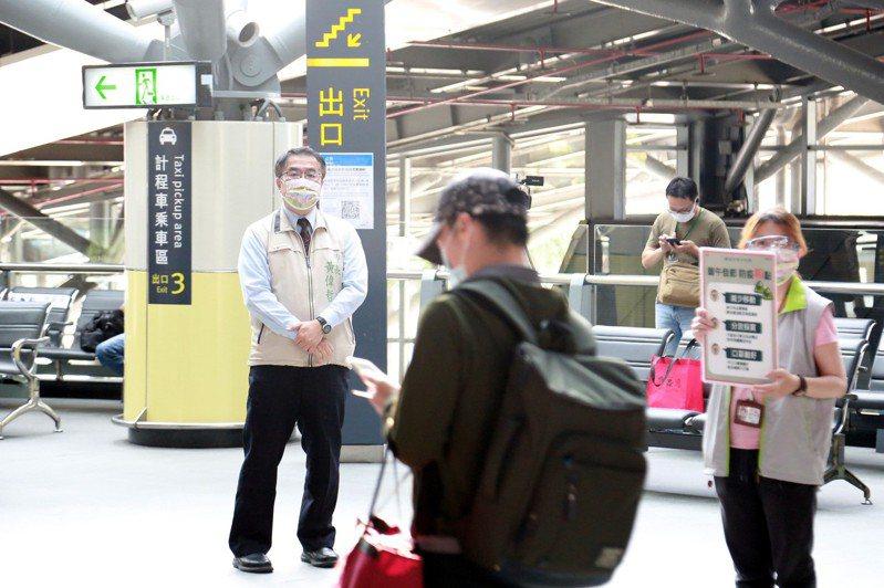 市長黃偉哲(左)傍晚到高鐵台南站察看旅客返鄉狀況,呼籲返鄉市民盡快去快篩。記者周宗禎/翻攝