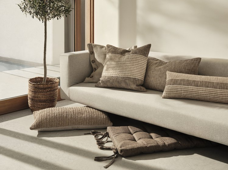 為了營造具有職人精神的家飾,H&M請來熟練的織布工,以手工編織並用植物染...