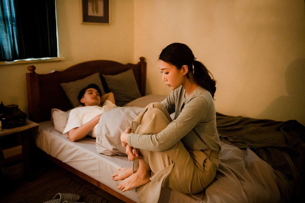 楊銘威(左)開拍前先向老婆報備有床戲,結果僅是與小玉兒躺床。圖/齊映國際提供