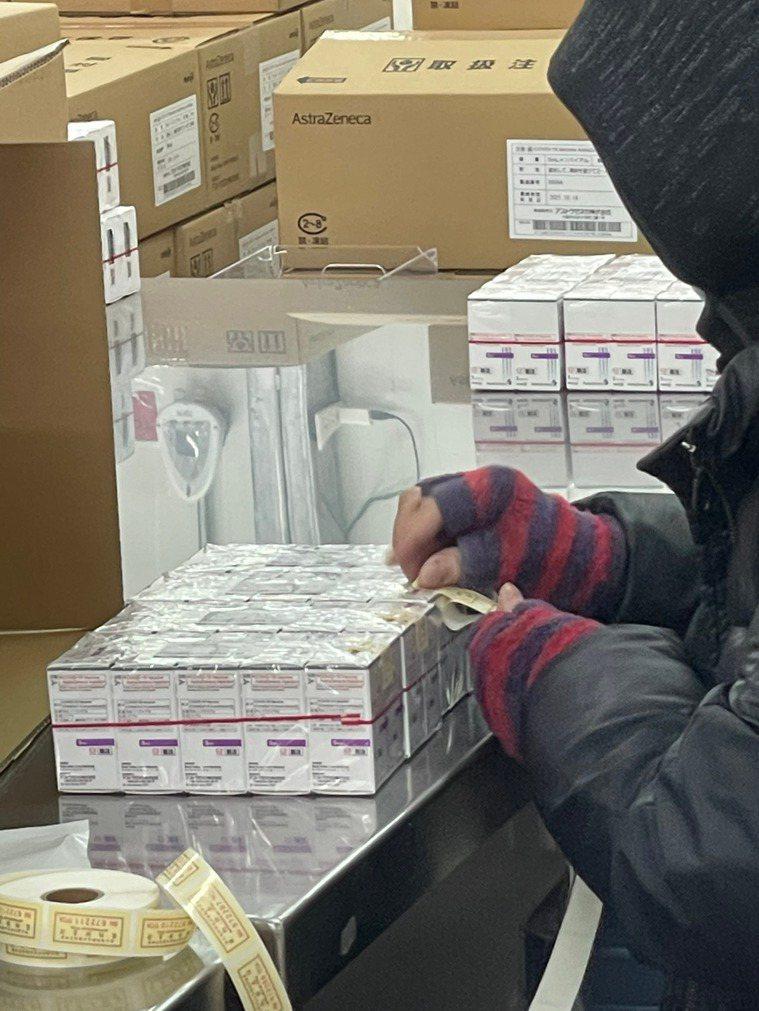 食藥署今完成AZ疫苗封緘檢驗,最快今晚配送50多萬劑疫苗至各縣市,最快明天起就能...