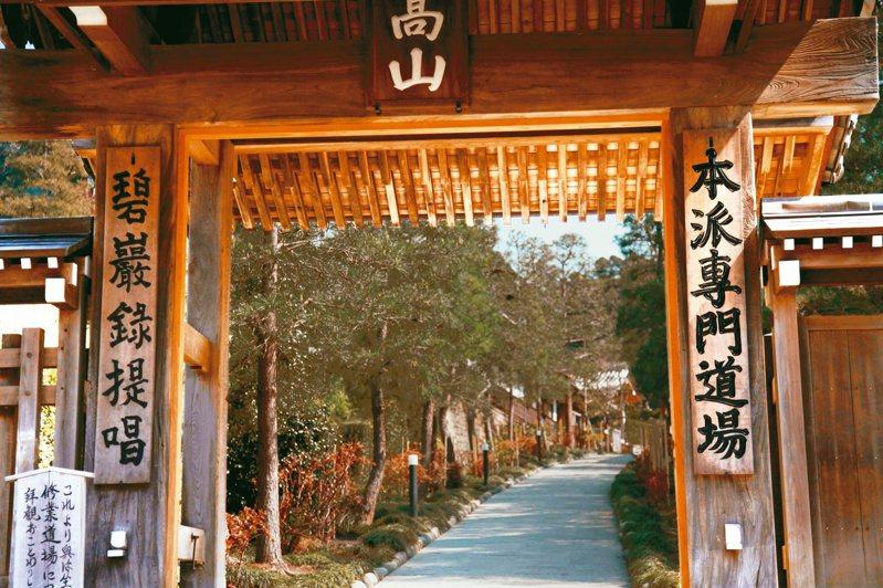 建長寺名列「鎌倉五山」之首,遊人如織,但亦有其冷然清修之一角。(圖/林谷芳提供)