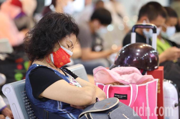 端午連假到來,中央流行疫情指揮中心為避免返鄉潮成防疫破口,指示大眾運輸工具乘載率...