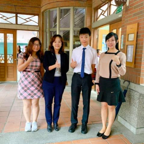 新竹市新科國中黃柏鈞(右2)拿下5A10+的佳績,同樣讓師生與有榮焉。圖/校方提供