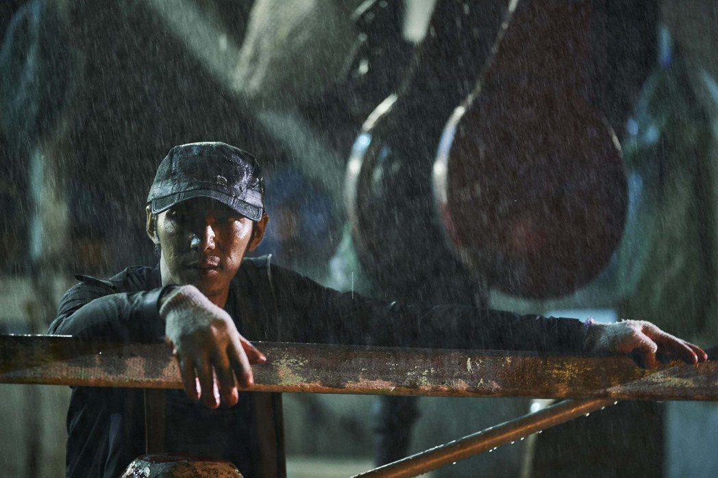 李李仁在「嗨!神獸」演出苦命的討海人。圖/甲上提供