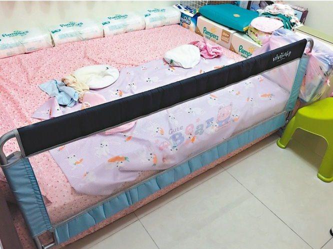 男嬰頭卡在床邊圍欄和床墊間,當場失去呼吸心跳。記者林孟潔/翻攝