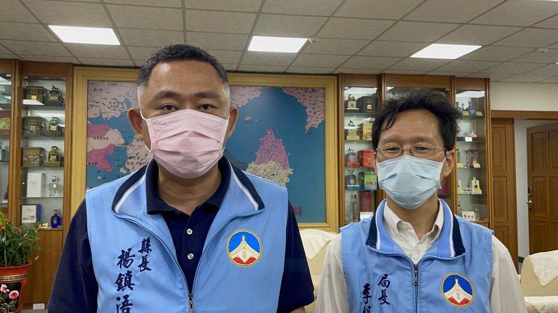 日本贈送台灣124萬劑AZ疫苗,中央已陸續釋出,金門縣府也宣布,經縣長楊鎮浯(左)多次向中央流行疫情指揮中心爭取及協調,此次獲配11200劑疫苗,預計明天到貨,6月15日開始接種疫苗。記者蔡家蓁/攝影