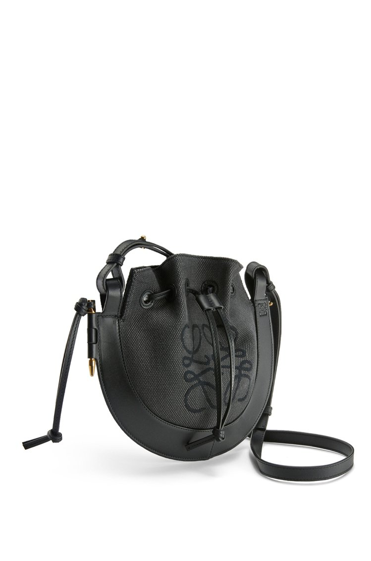 LOEWE Horseshoe黑色緹花布拼接小牛皮肩背包,53,000元。圖/L...