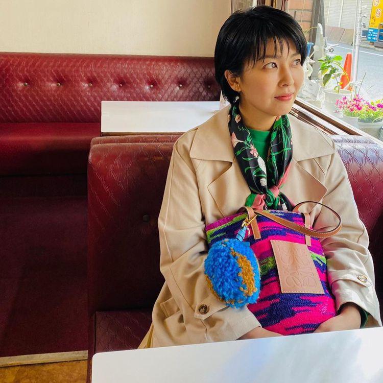 松隆子在日劇《大豆田永久子與三個前夫》在咖啡館的場景中,選搭了Paula's I...
