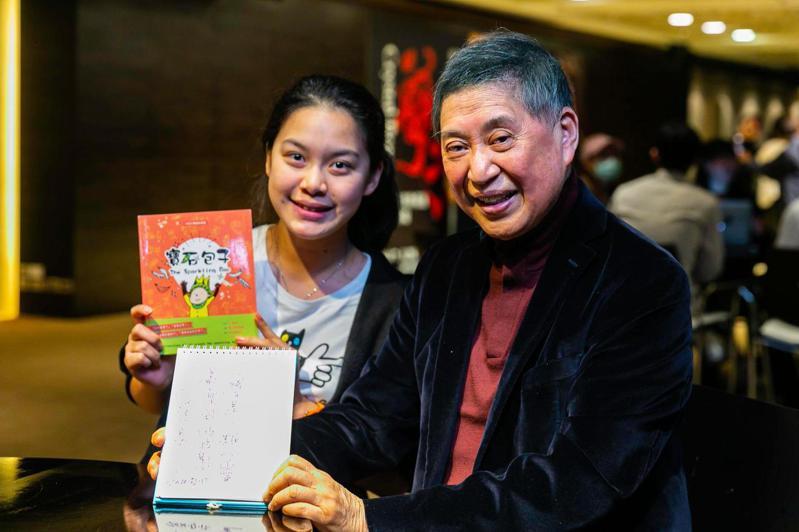 易昀今年會考作文六級分,曾參加過兩次國際書展,也曾到國家圖書館參加作家座談會等。圖/易昀媽媽提供