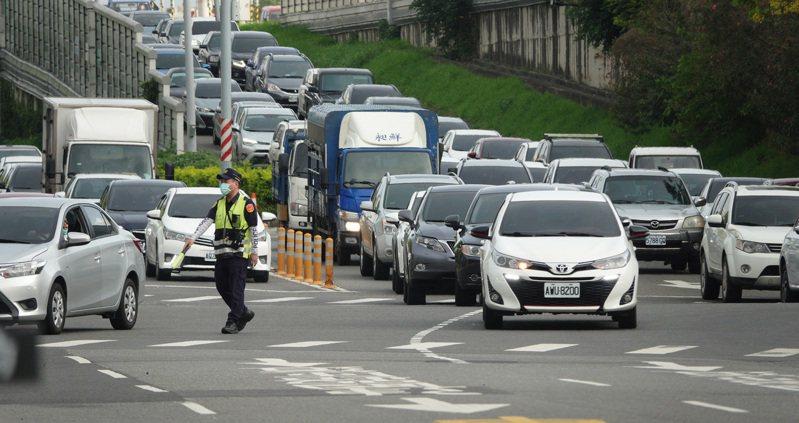端午節連假到來,高雄公路湧現車潮。記者記者劉學聖/攝影