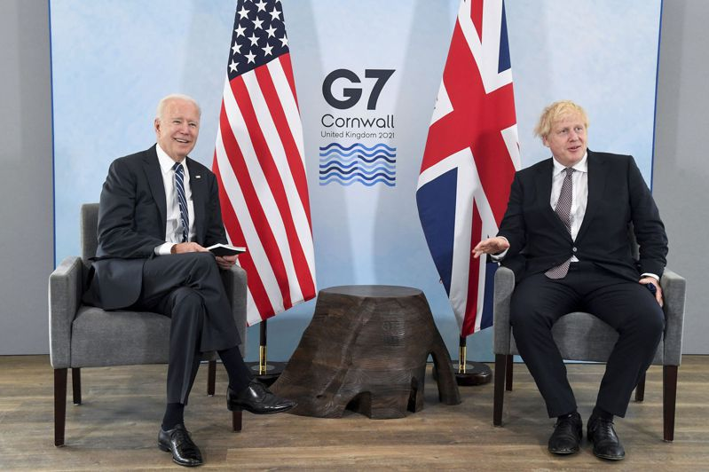 美國總統拜登(左)10日和英相強生會談。(美聯社)