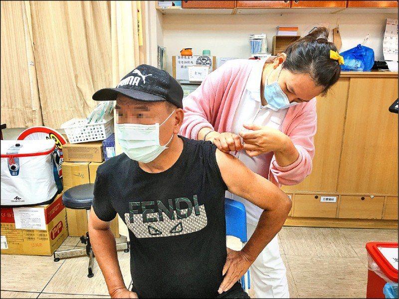 屏東縣獲配2萬9000劑AZ疫苗,縣府預計6月15日起開打,全縣48處中大型注射地點同步啟動。記者潘欣中/攝影