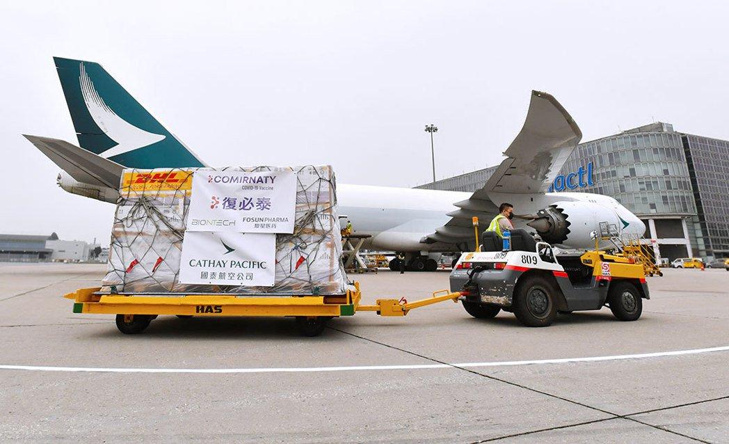圖為今年2月27日,首批提供港澳的BNT疫苗從德國運抵香港國際機場。(取自復星醫...