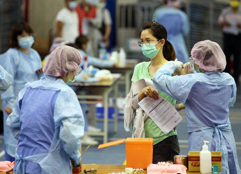 國產高端新冠疫苗公布二期試驗解盲數據,廠商對於申請緊急使用授權(EUA)信心滿滿,卻引發嚴重疑慮。 圖為AZ疫苗接種情形。圖/聯合報系資料照片