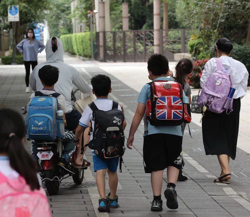 國內疫情嚴峻,停課一延再延,有國小低年級老師擔心遠距教學難檢視學生的學習成效。本報資料照片