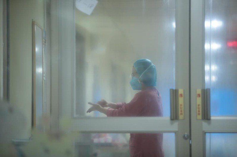 基隆疫苗分配1萬2千劑,林右昌臉書貼醫護與病毒對抗照。圖/取自林右昌臉書