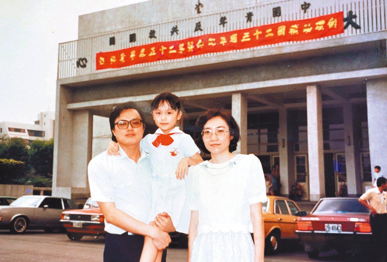 陳玲玉(右)一家重視家庭關係,去哪裡都是三個人一起,曾被金寶董事長許勝雄笑稱「洪...