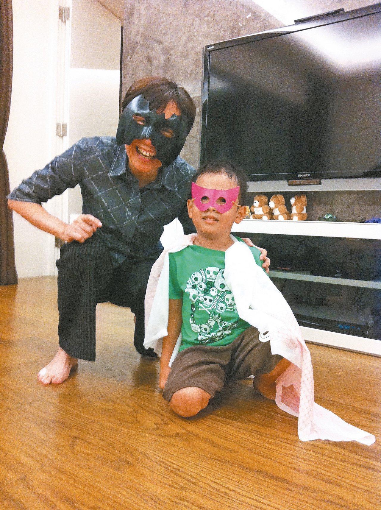 洪三雄手巧,Kilo(右)有些玩具(例如圖中面具)是他親自手作。圖/陳玲玉提供
