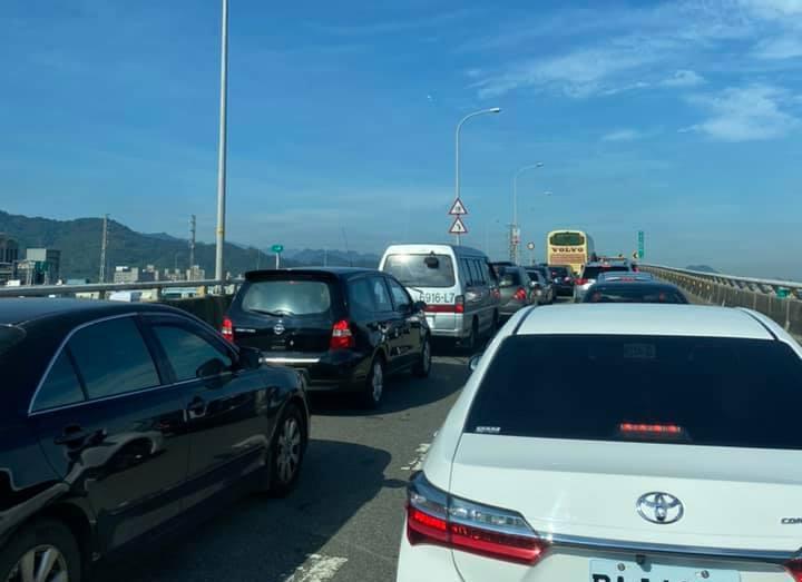 針對此次連假國道政策,便有習慣上班走高速公路的用路人抱怨,這樣的規劃反而造成反效...