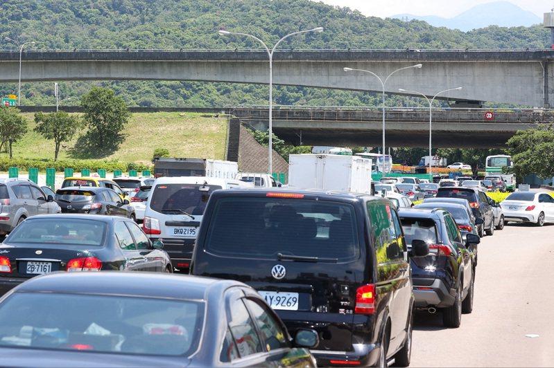 端午連假首日,交通部使用嚴格匝道儀控限制民眾上路,圓山交流道出現回堵車流。記者季相儒/攝影