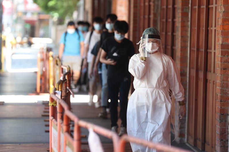 東吳大學安排約80位學生進行篩檢,學生靜候篩檢結果。記者葉信菉/攝影