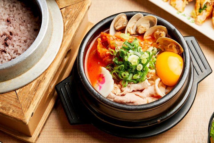 豆腐村泡菜豆腐煲。圖/兩班家韓式餐飲提供