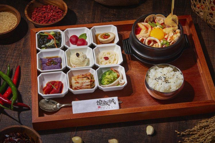偷飯賊海鮮豆腐煲與九宮格小菜。圖/兩班家韓式餐飲提供
