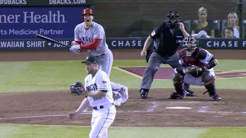 大谷擊出正面強襲球擊中凱利,他也瞬間嚇到O型嘴。 截圖自影片
