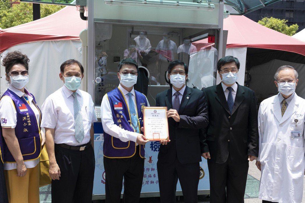 高醫董事長陳建志(右3)致贈感謝狀給國際獅子會300E1區總監蔡福來(左3)。 ...
