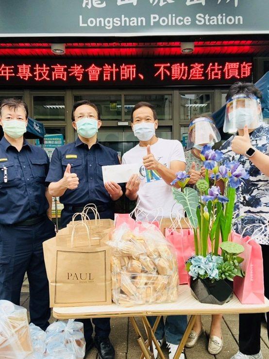 台北市市議員鍾小平(中)參與此次公益活動。 台灣長照醫學會/提供