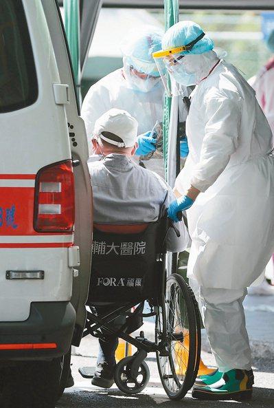 AZ疫苗開放七十五歲以上長者施打,各地詢問度爆表。記者林澔一/攝影
