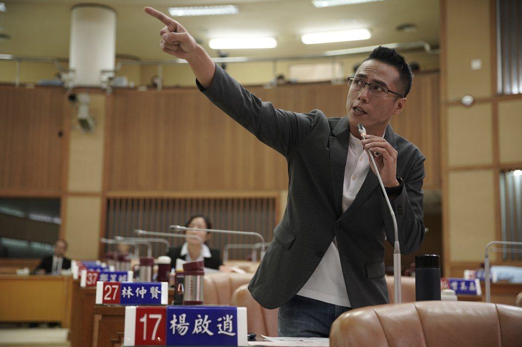 莊凱勛在「第三佈局  塵沙惑」中飾演議員,在議會中質詢。圖/CATCHPLAY提...