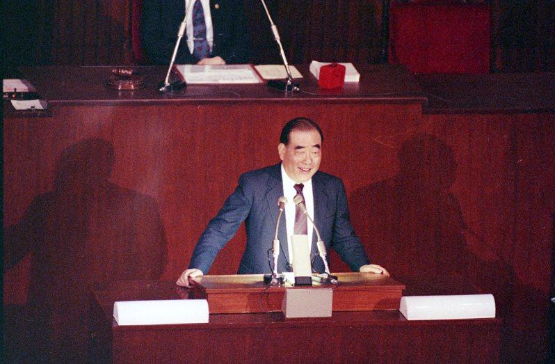 1990年6月12日新任行政院長郝柏村,首度以院長身分到立法院報告施政方針,並答復立委質詢。圖/聯合報系資料照片