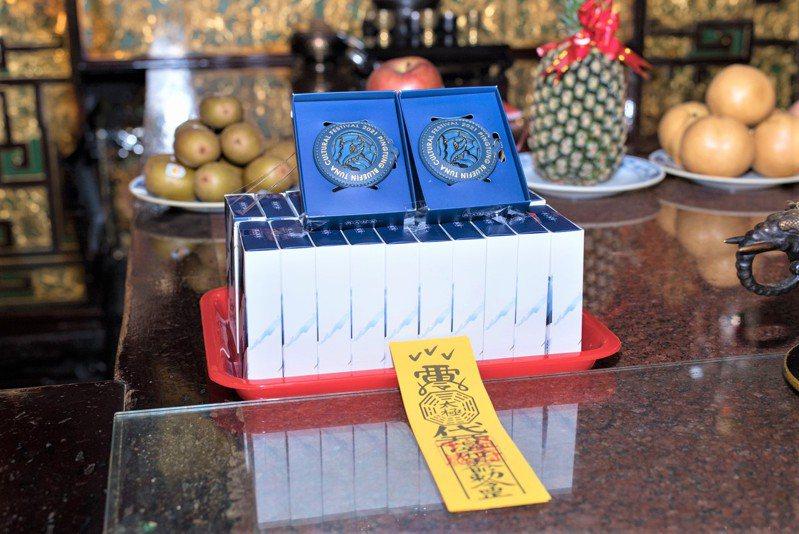 「屏安御守」由東港東隆宮王爺加持過,即日起在合作餐廳外帶,或合作伴手禮業者店線上消費,有機會獲得。記者潘欣中/翻攝