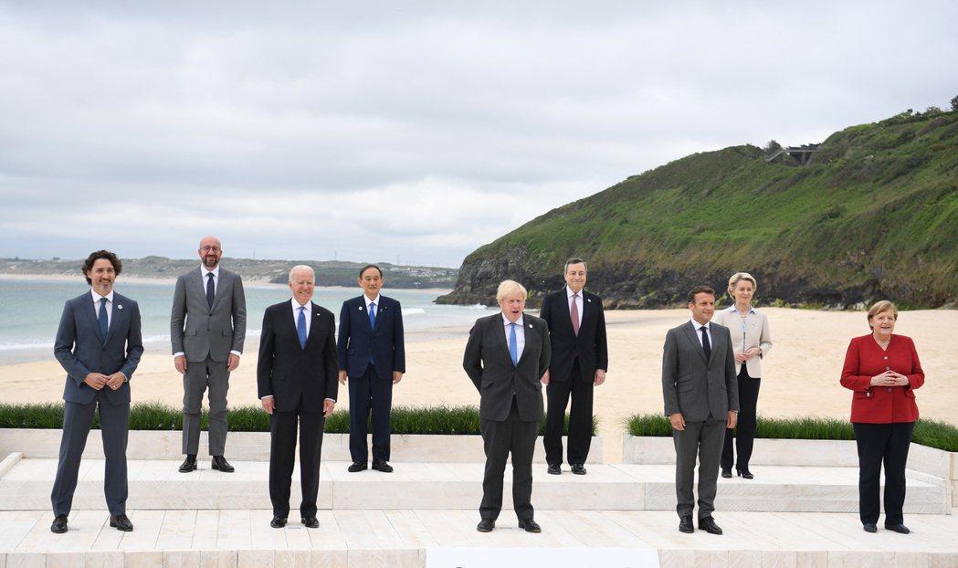 一連三天的G7峰會11日在英格蘭康瓦爾召開,各國領袖也在會前按照傳統拍下經典大合...
