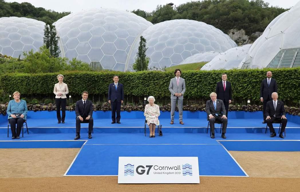英國女王伊莉莎白二世親自接見G7領袖並且來張大合照。法新社