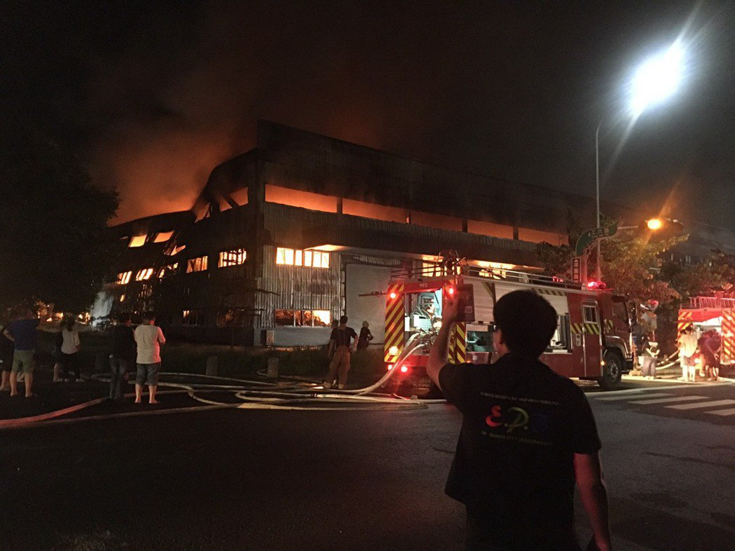 台南市柳營科技工業區史坦利資源開發公司承租的廠房昨晚火警,若含有害空氣汙染物將被...