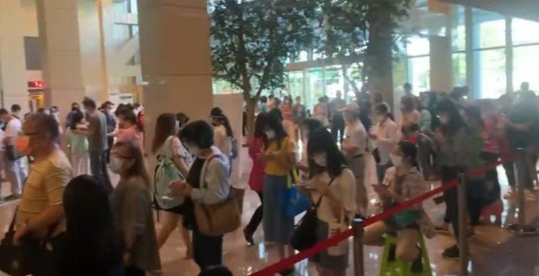 新北市亞東醫院今天施打默德納疫苗,總計500個名額,現場民眾擠滿大廳。圖/擷取自...