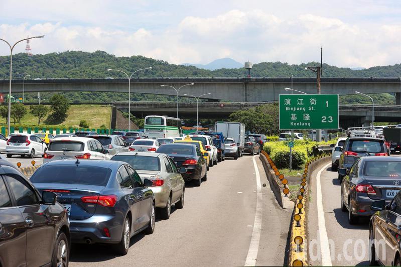 端午連假首日,交通部祭出讓國道用路人不方便的防疫措施,使用嚴格匝道儀控來限制車流,但造成上高速公路前的匝道回堵,圖為圓山交流道回堵車流。記者季相儒/攝影
