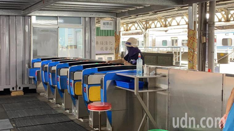 台南車站有旅客全副武裝搭車。記者鄭維真/攝影