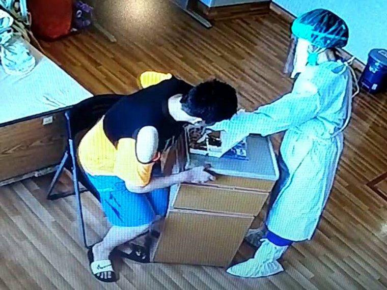 護理人員陪伴小靜用餐。圖/台中慈濟醫院提供