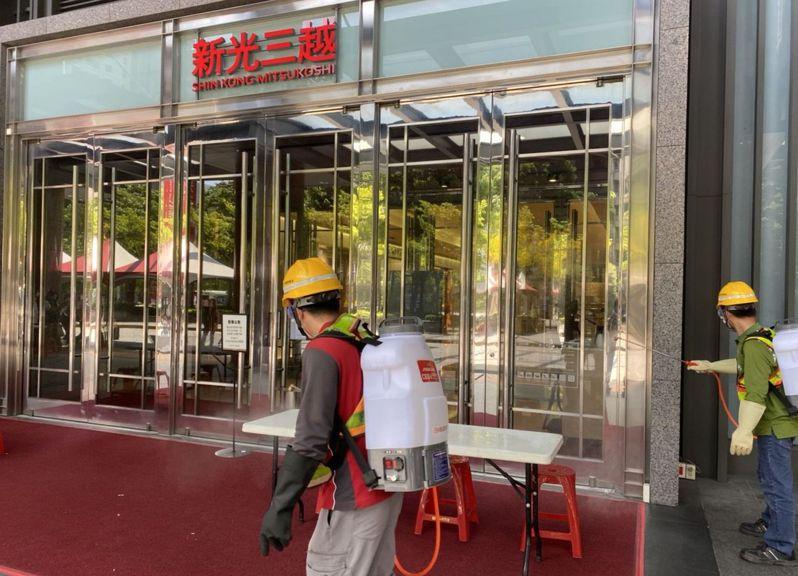 台中市政府環保局人員昨天在新光三越台中中港店周邊消毒。圖/台中市政府提供