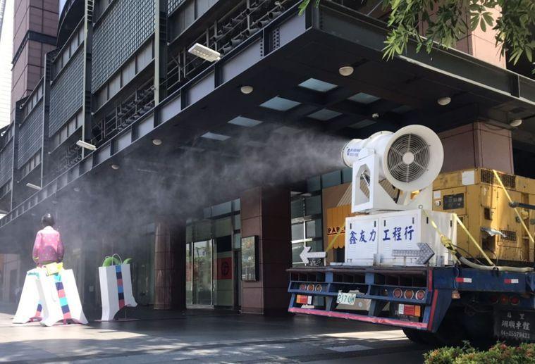 台中市政府環保局人員昨在新光三越台中中港店周邊消毒。圖/台中市政府提供