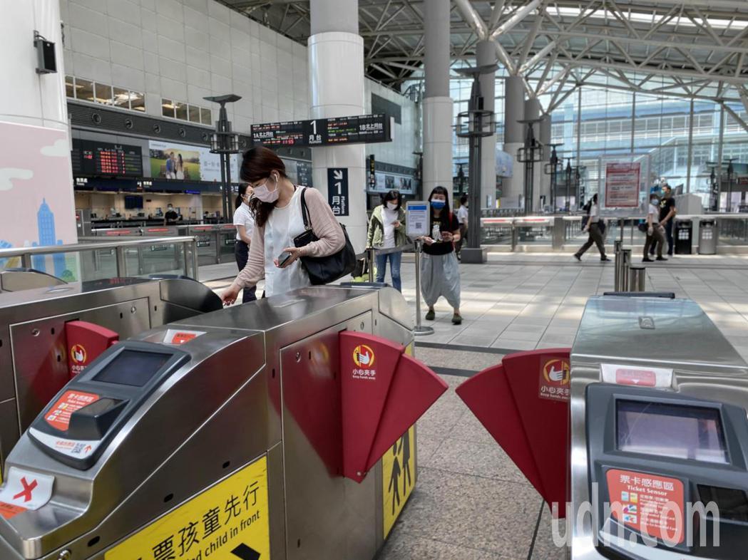 端午連假首日,左營高鐵站,僅有零星乘客搭乘。記者陳弘逸/攝影