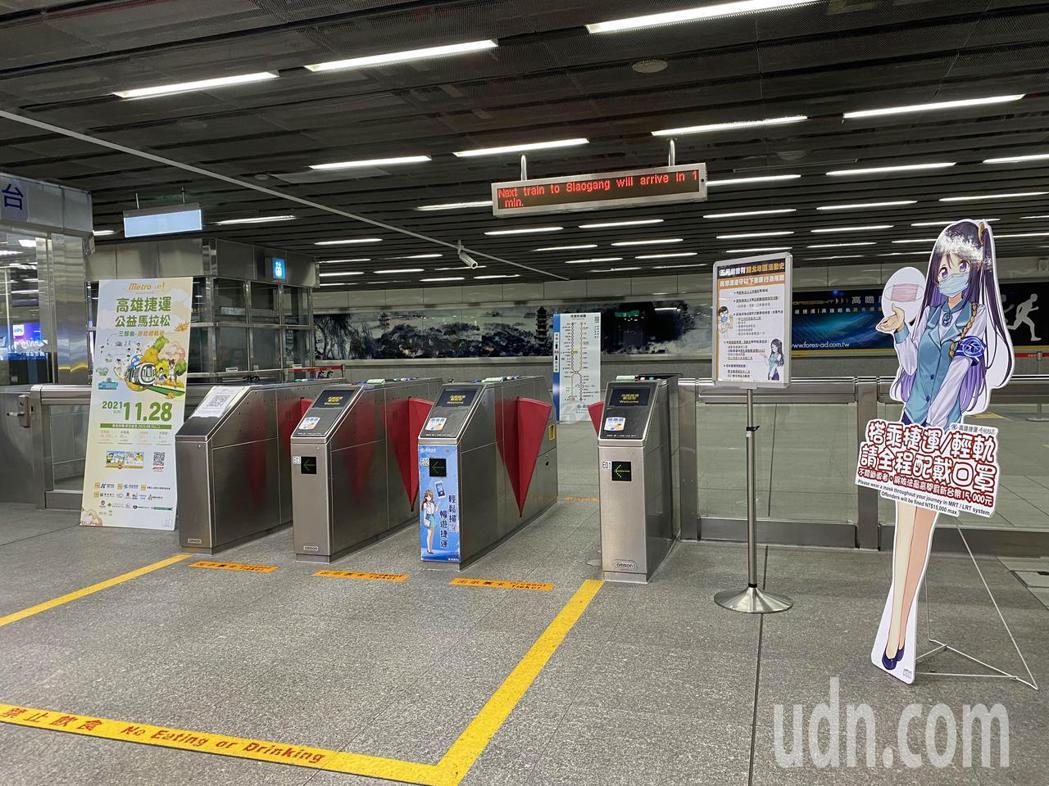 端午連假首日,高雄捷運左營站,相當冷清,僅有零星乘客搭乘。記者陳弘逸/攝影