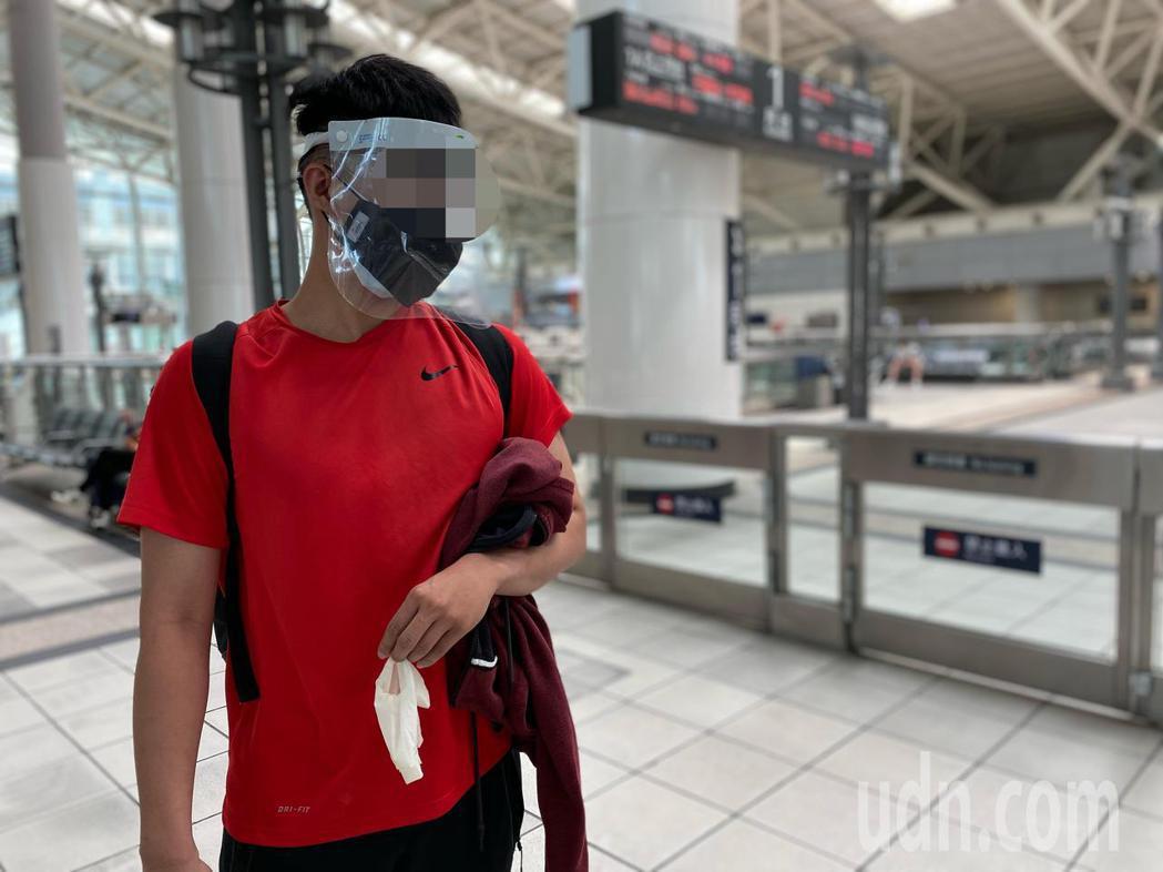 從台中返回高雄的男大生,搭乘高鐵時全副武裝,戴上雙層口罩,護目鏡、面罩,確保自身...